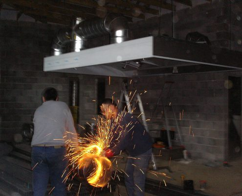 Chantier d'installation de la cuisson. Restaurant 2 étoiles Le Parc, Franck Putelat, à Carcassonne. Réalisation Fidec, cuisiniste et frigoriste professionnel.