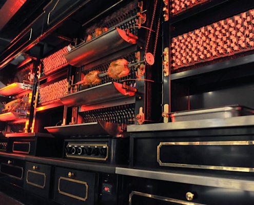 Gros plan sur les rôtissoires. Les Grands Buffets, à Narbonne. Réalisation Fidec, cuisiniste et frigoriste professionnel.