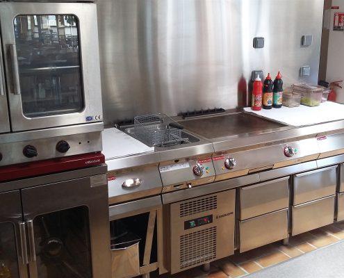 Snacking au bar. Réserve Africaine de Sigean. Réalisation Fidec, cuisiniste et frigoriste professionnel.
