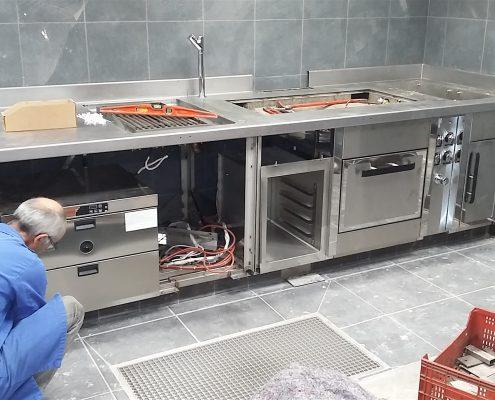 Mise en place du fourneau. Octopus, restaurant 1 étoile à Béziers. Réalisation Fidec, cuisiniste et frigoriste professionnel.