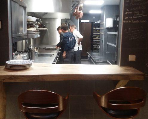 Cuisine ouverte sur la salle. Restaurant 1 étoile Octopus, à Béziers. Réalisation Fidec, cuisiniste et frigoriste professionnel.