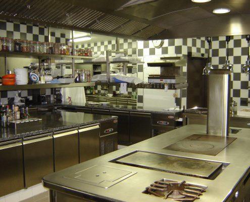 Vue d'ensemble de la cuisine. Restaurant 2 étoiles Le Parc, Franck Putelat, à Carcassonne. Réalisation Fidec, cuisiniste et frigoriste professionneL