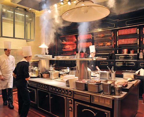 Cuisine rôtisserie ouverte sur la salle. Les Grands Buffets, à Narbonne. Réalisation Fidec, cuisiniste et frigoriste professionnel.