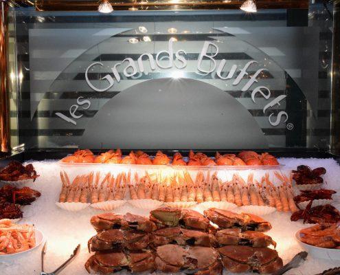 Étagères réfrigérées créées sur mesure pour les crustacés. Les Grands Buffets, Narbonne. Réalisation Fidec, cuisiniste et frigoriste professionnel.